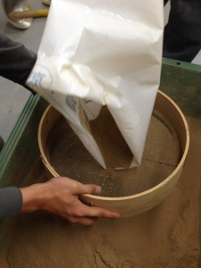 A combination of native Kyoto soils, white clay and Juraku soil 1:1 to 3:1.